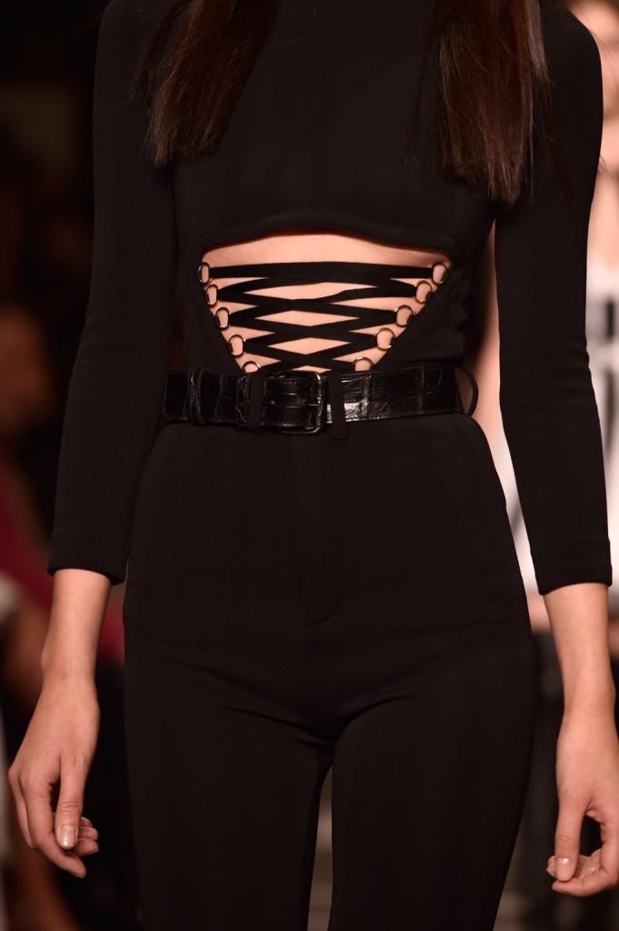Close-up sugli intrecci sensuali del look in nero