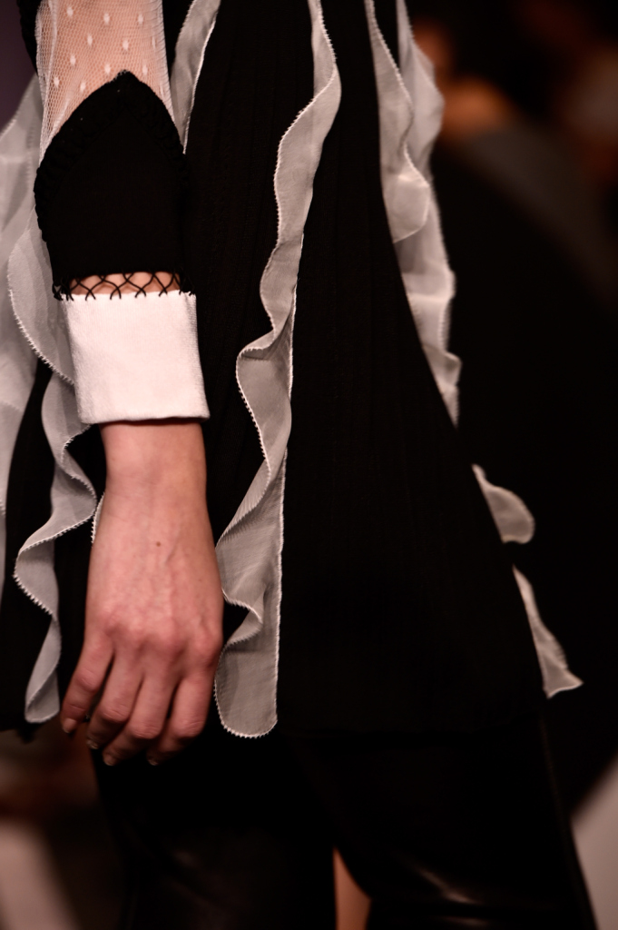 Close-up sulla manica dai dettagli retrò
