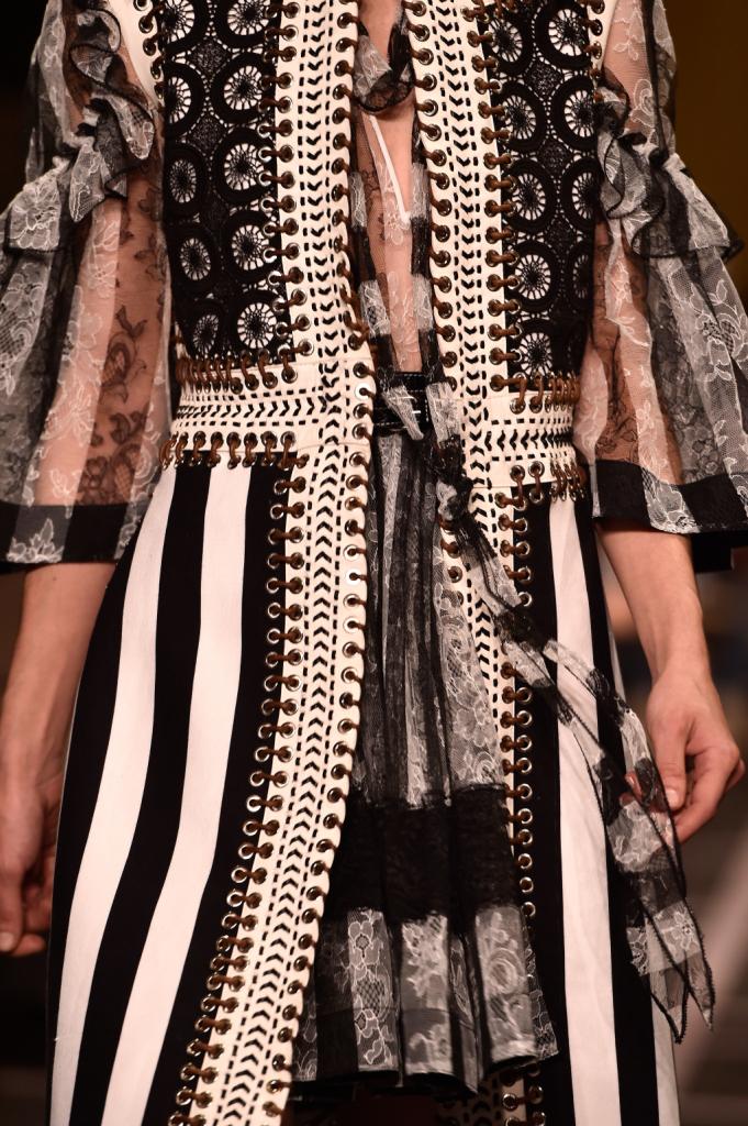 Borchie, righe, decori: un ricco riassunto della SS15 di Givenchy