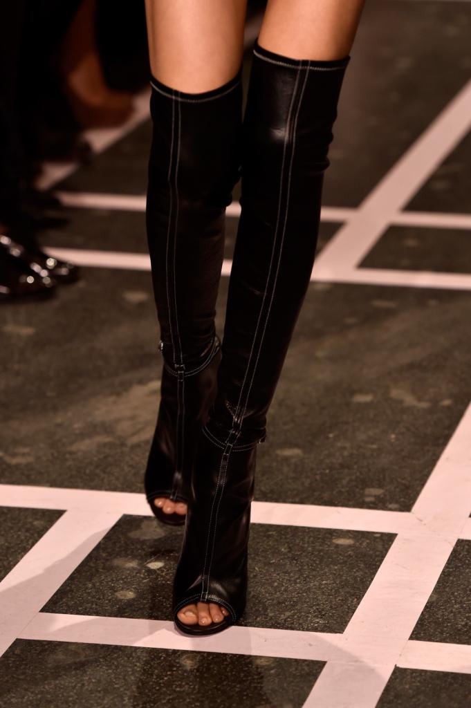 Sensuali per definizione, i cuissardes spuntati vestono le gambe delle modelle Givenchy