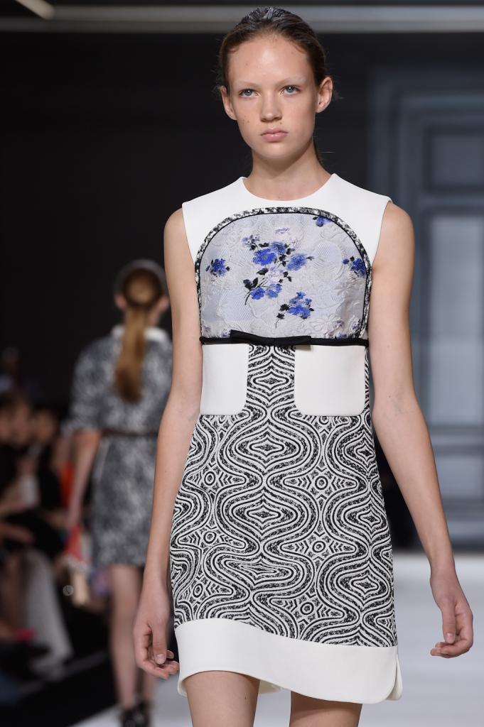 Minidress con stampa optical, fiori, taschini e profili a contrasto / Giambattista Valli ss 2015