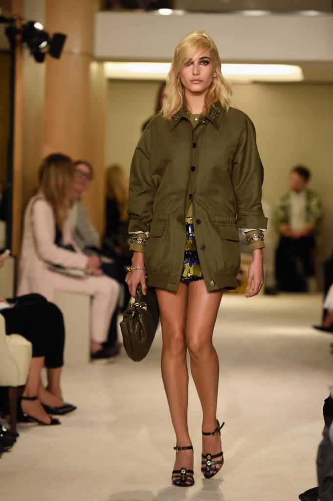 Outfit lievemente mascolino, dritto e lineare