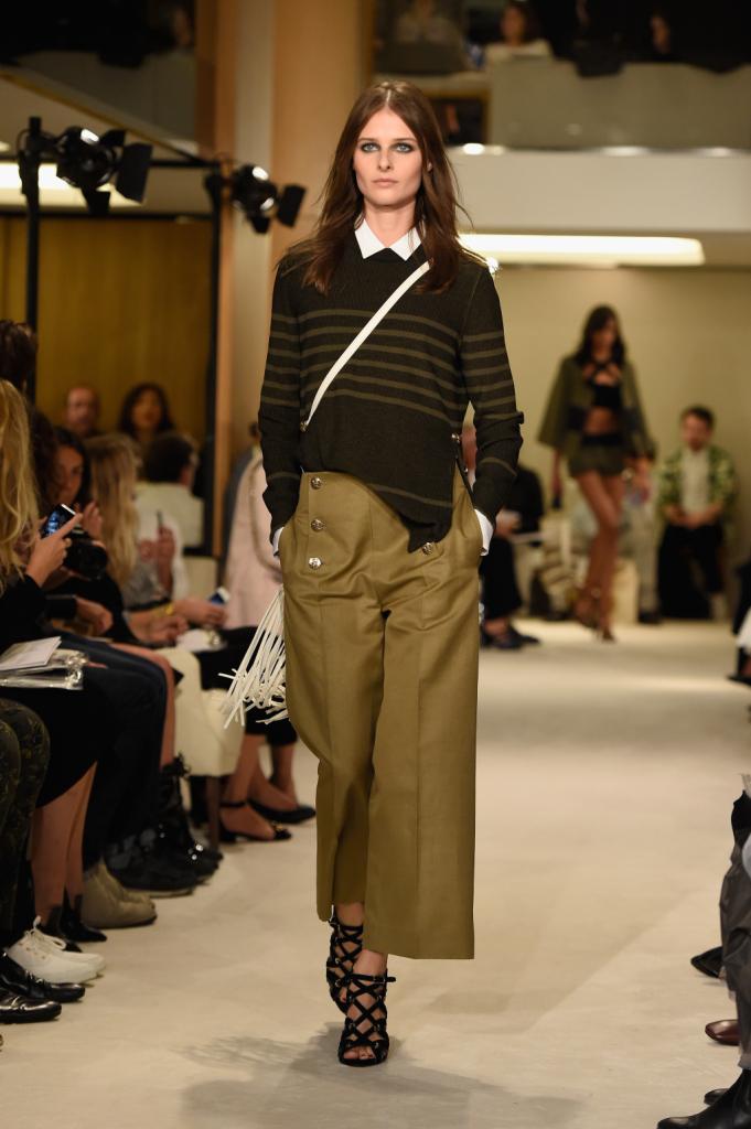 Pullover stile marinaro con bande orizzonatli e pantaloni larghi