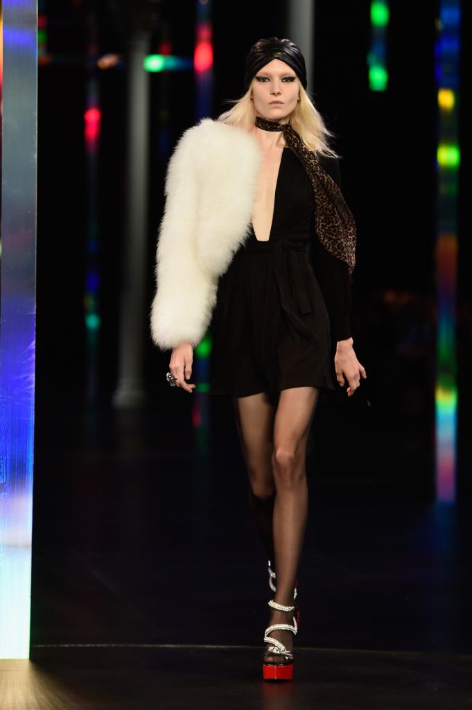 Da vera diva il mini dress con scollo profondo nero e pelliccia white / Saint Laurent ss 2015