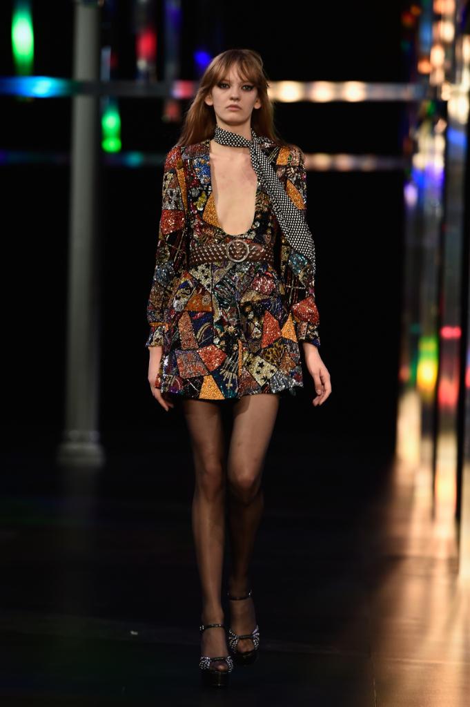 Minidress fantasia con scollo profondo, foulard al collo / Saint Laurent ss 2015