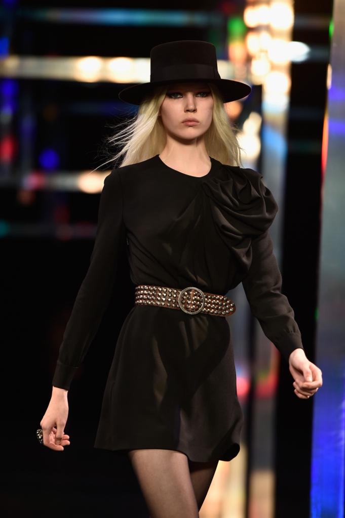Minidress nero con fiore e cintura in vita / Saint Laurent ss 2015