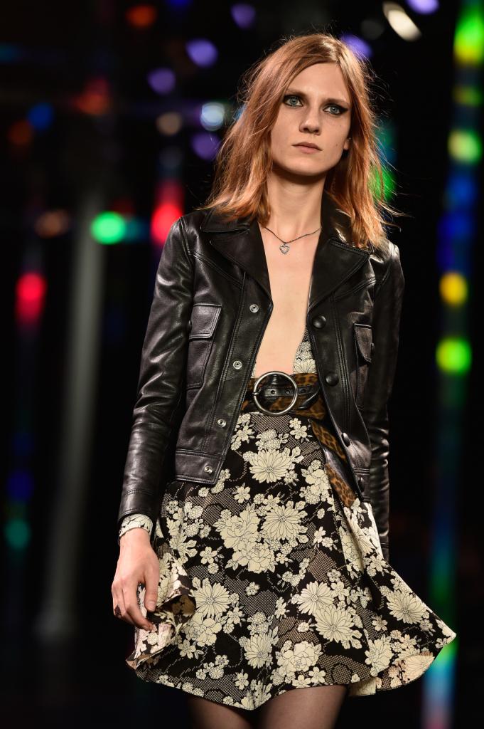 Minidress scollato fantasia e giacca in pelle / Saint Laurent ss 2015