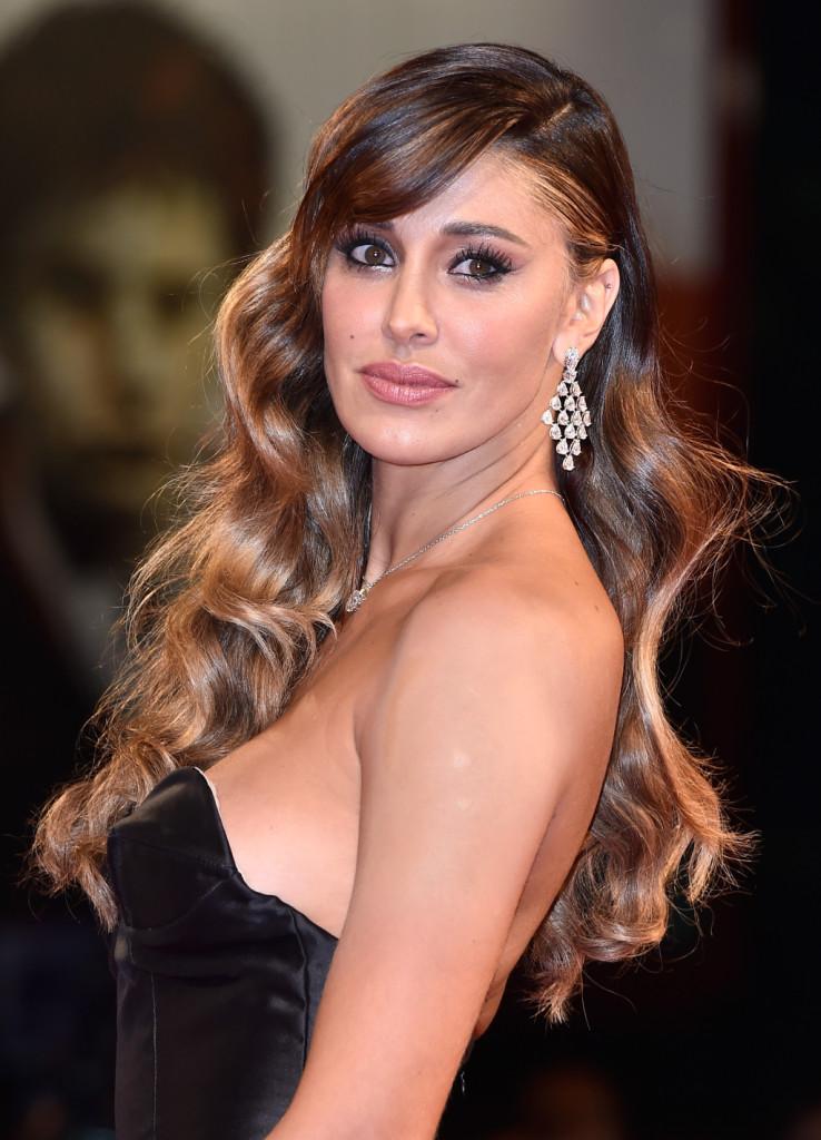 Beauty look impeccabile per Belen Rodriguez sul red carpet: labbra nude e occhi da gatta con sfumature bronzo-oro, eyeliner e mascara nero