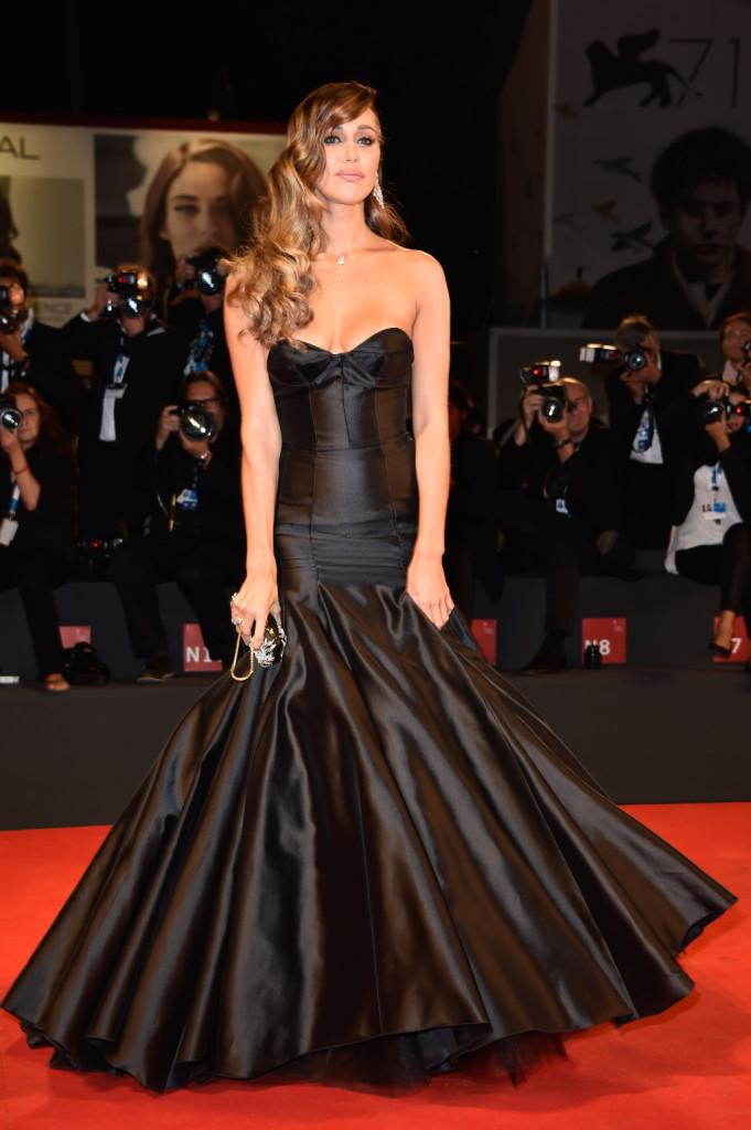 Belen Rodriguez ha scelto un look da vera diva con un abito a sirena e ampia scollatura