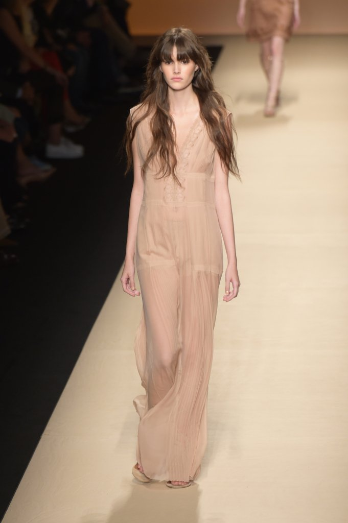 Alberta Ferretti, MFW, collezione Primavera-Estate 2015: vestito lungo nude con più strati velati, profonda scollatura a V sul davanti