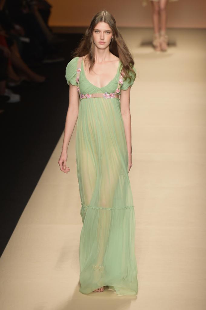 Alberta Ferretti, MFW, collezione Primavera-Estate 2015: abito lungo stile impero color verde-menta con ricami floreali, drappeggi sul petto