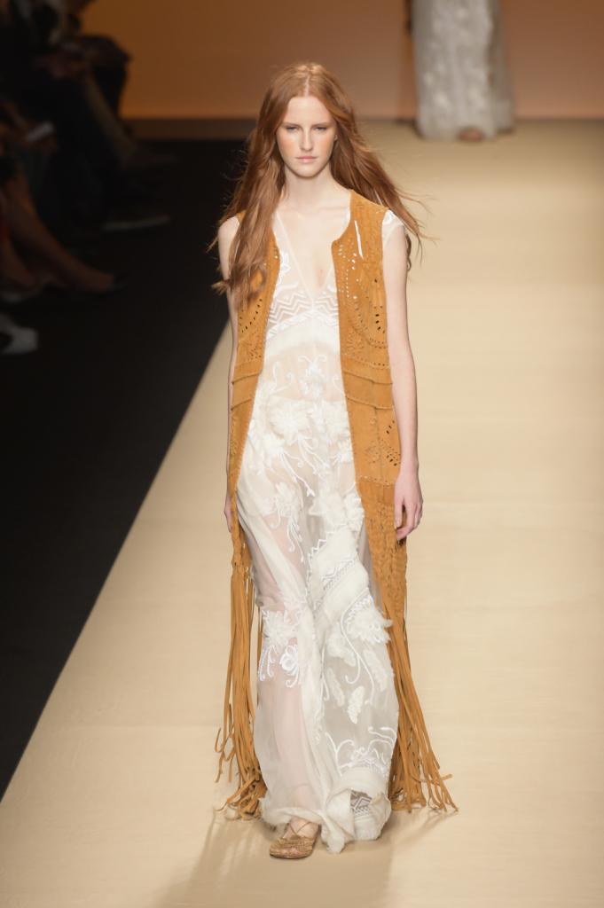 Alberta Ferretti, MFW, collezione Primavera-Estate 2015: abito lungo bianco con gilet in camoscio