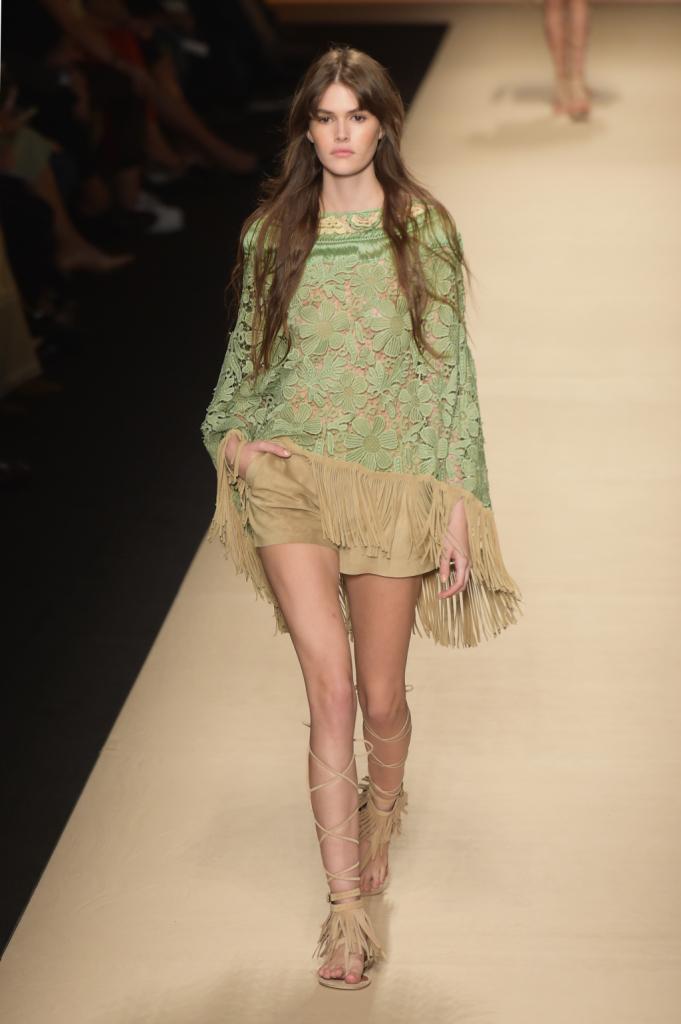 Alberta Ferretti, MFW, collezione Primavera-Estate 2015: shorts in camoscio e cappa verde-menta con frange in camoscio sul bordo