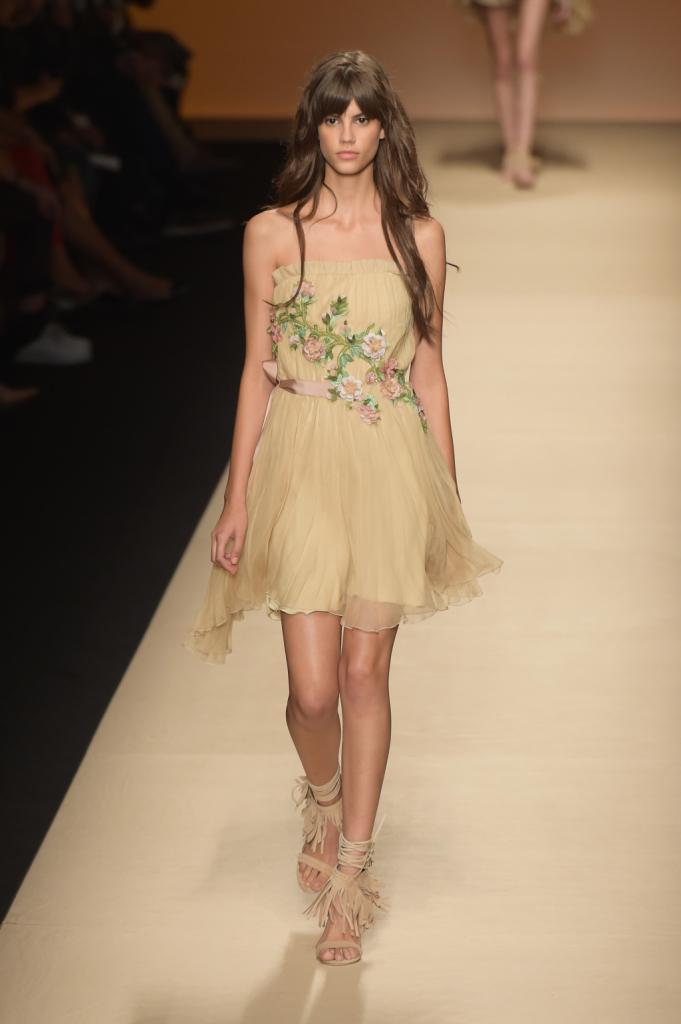 Alberta Ferretti, MFW, collezione Primavera-Estate 2015: miniabito a fascia drappeggiato con ricamo di fiori sul davanti