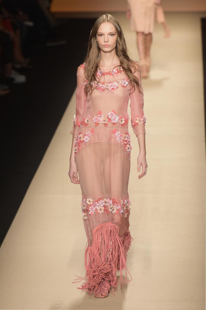 Alberta Ferretti, MFW, collezione Primavera-Estate 2015: vestito lungo rosa intenso con gioco trasparenze, ricami floreali e bordo sfrangiato in rosa camoscio