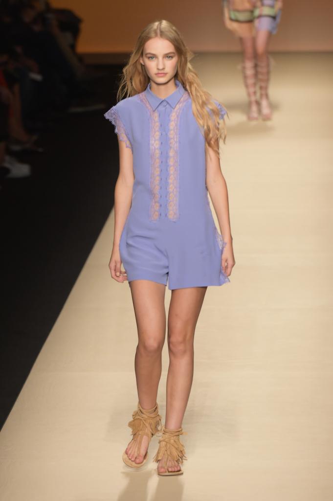 Alberta Ferretti, MFW, collezione Primavera-Estate 2015: tuta con shorts color lavanda e ornata