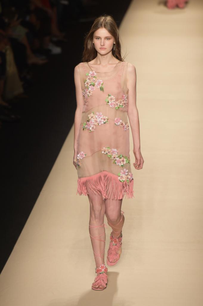 Alberta Ferretti, MFW, collezione Primavera-Estate 2015: miniabito rosa intenso con trasparenze e frange rosa camoscio sul bordo