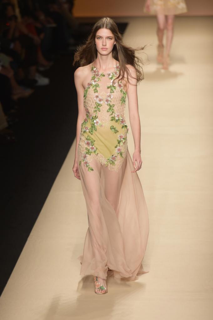 Alberta Ferretti, MFW, collezione Primavera-Estate 2015: abito nude con applicazioni floreali sul verde e rosa