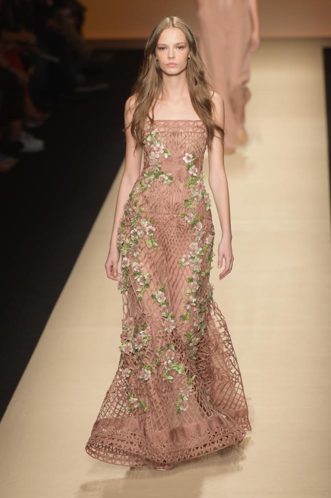 Alberta Ferretti, MFW, collezione Primavera-Estate 2015: abito con top a fascia e lavorazione a rete con decorazione floreale