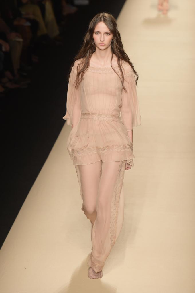 Alberta Ferretti, MFW, collezione Primavera-Estate 2015: blusa e pantaloni ampi nude
