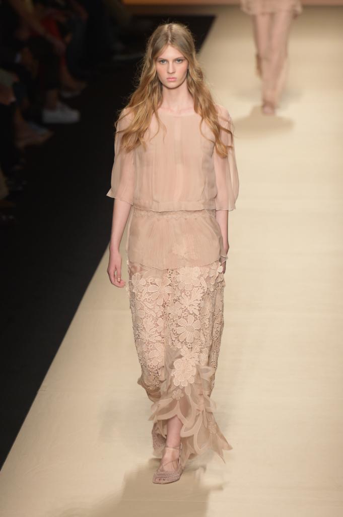Alberta Ferretti, MFW, collezione Primavera-Estate 2015: blusa con trasparenze e gonna in pizzo con bordo a forma di petalo