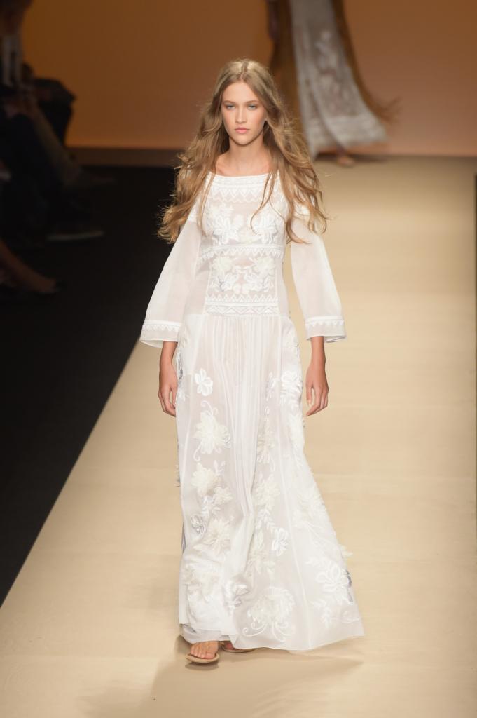 Alberta Ferretti, MFW, collezione Primavera-Estate 2015: abito kaftano in organza bianco
