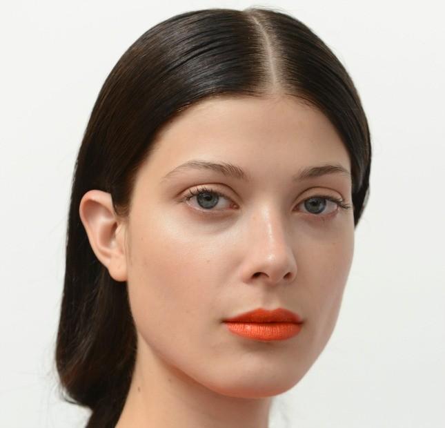 Anche la stilista canadese Tanya Taylor ha scelto per la PE 2015 uno styling con riga centrale e capelli dritti portati lucidissimi dietro le orecchie.