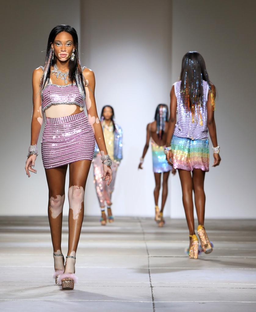 Ashish, LFW, Primavera-estate 2015: minigonna a vita alta e fasciante con top in paillettes viola e bianche