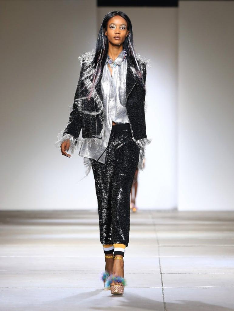 Ashish, LFW, Primavera-estate 2015: joggers con coulisse e bordo a righe in contrasto, giacca sfilacciata ricoperte di paillettes nere. Camicia in tessuto argento