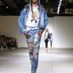 Jeans con stampe, giubbino e felpa con faccia
