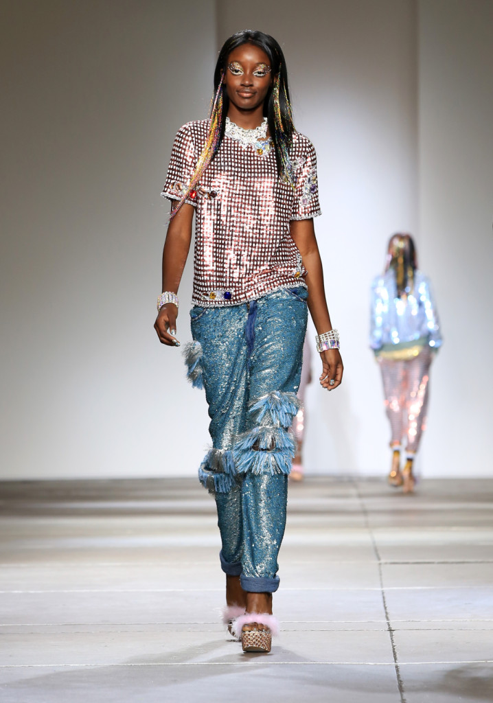 Ashish, LFW, Primavera-estate 2015: jeans in paillettes azzurre e sfilacciati, t-shirt in paillettes rosse e argento. Platform glitterate ai piedi.