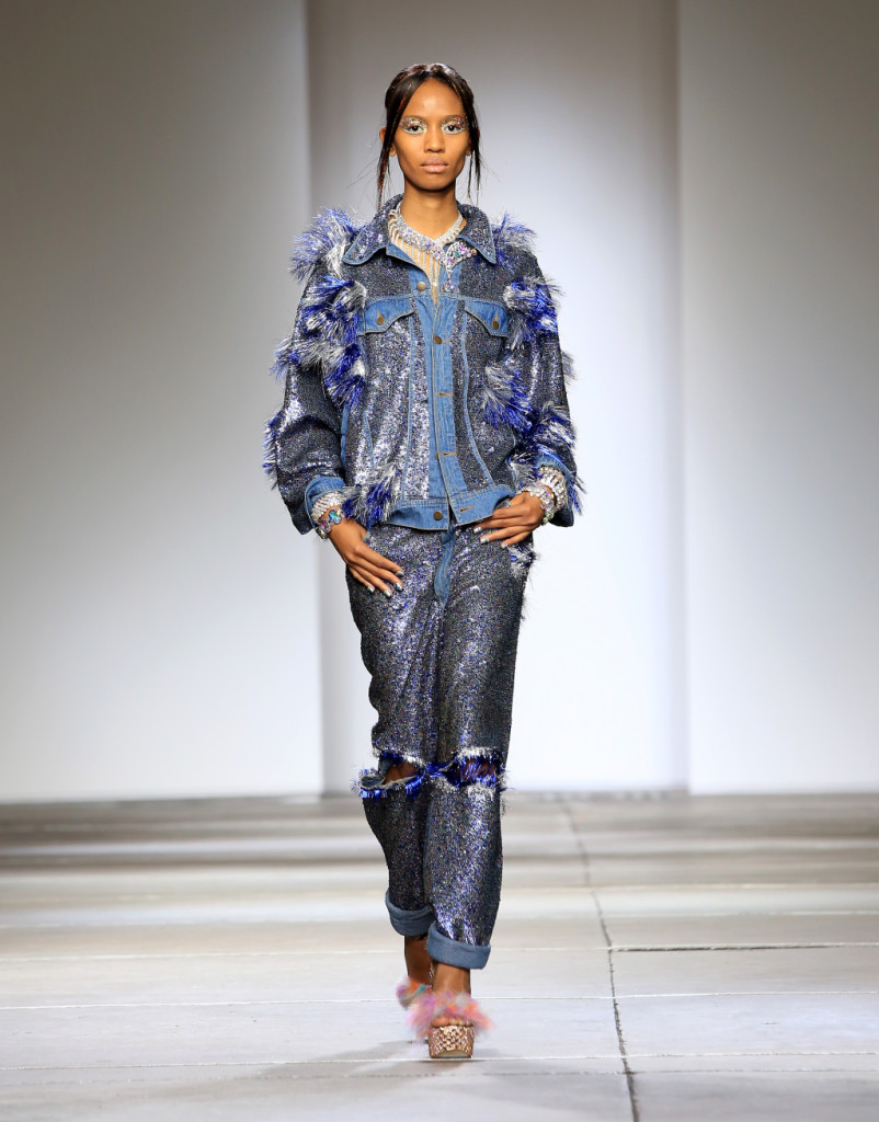 Ashish, LFW, Primavera-estate 2015: jeans e giubbino in denim ricoperti da paillettes azzurre e sfilacciati