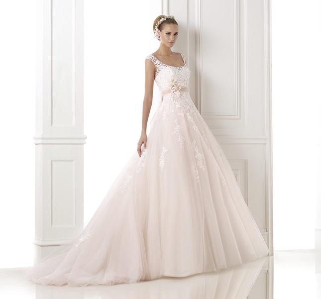 Modello Bia di Pronovias. Potete optare per una nuance colorata per le vostre nozze.