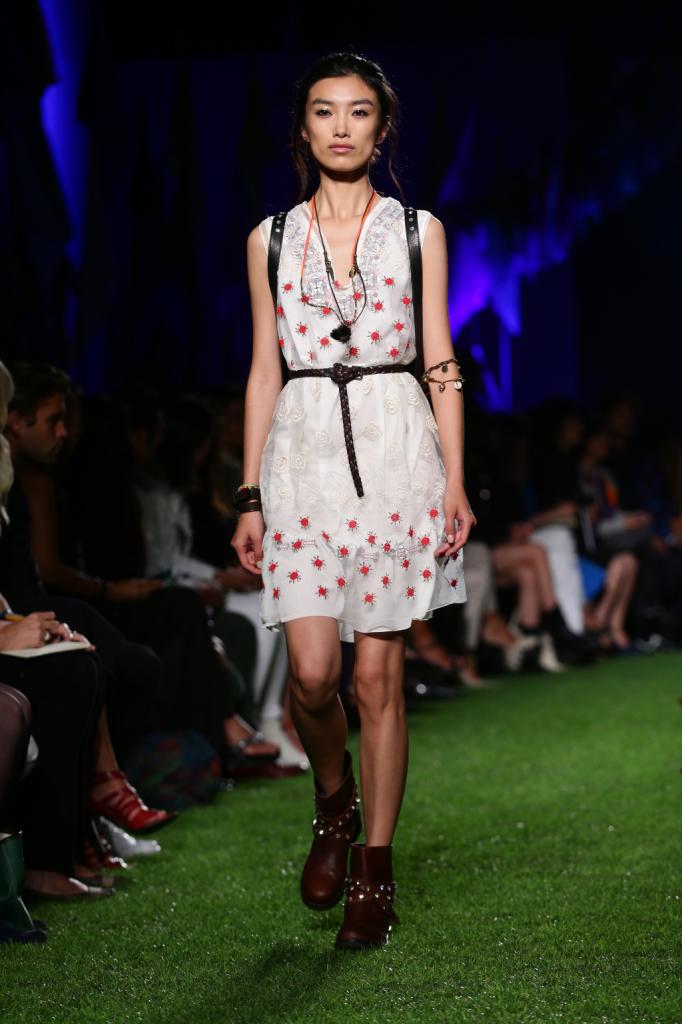 Blugirl, MFW, collezione Primavera-Estate 2015: vestito-kaftano bianco con piccole rose rosse e voile lavorato