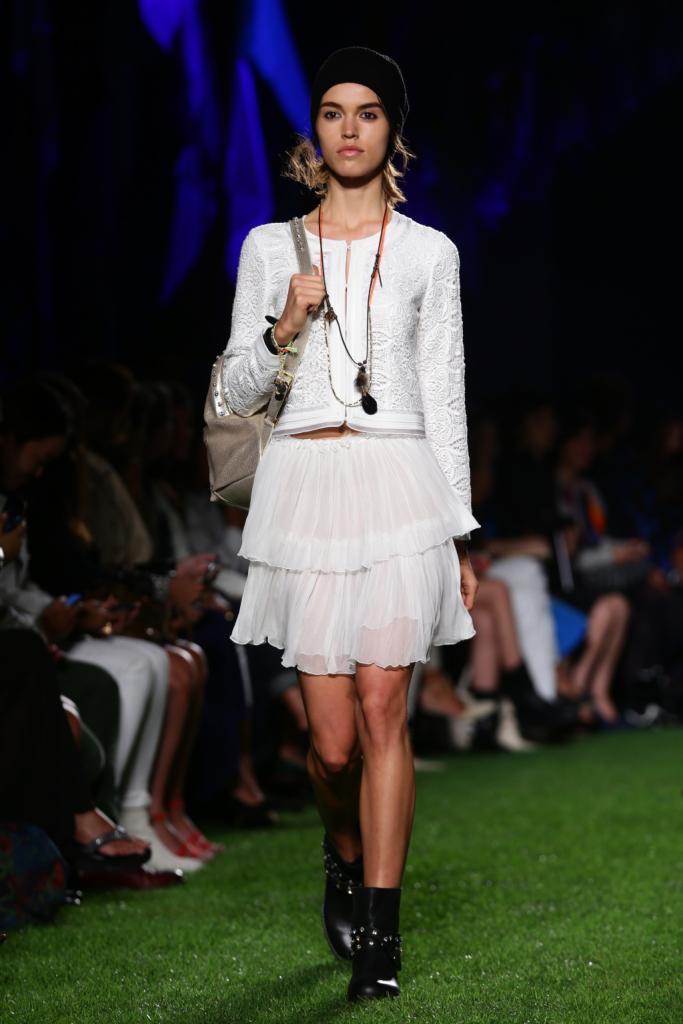 Blugirl, MFW, collezione Primavera-Estate 2015: giacchino bianco in sangallo lavorato e gonna bianca a balze in chiffon trasparente