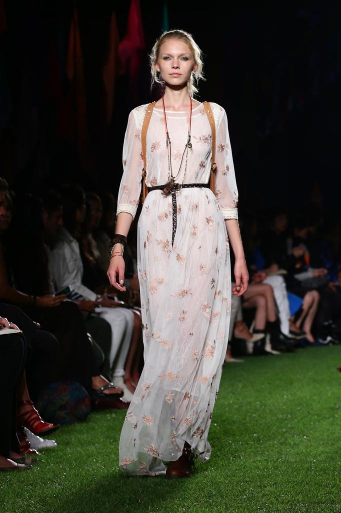 Blugirl, MFW, collezione Primavera-Estate 2015: abito lungo bianco in voile trasparente con applicazione fiori rosa su tutta la lunghezza