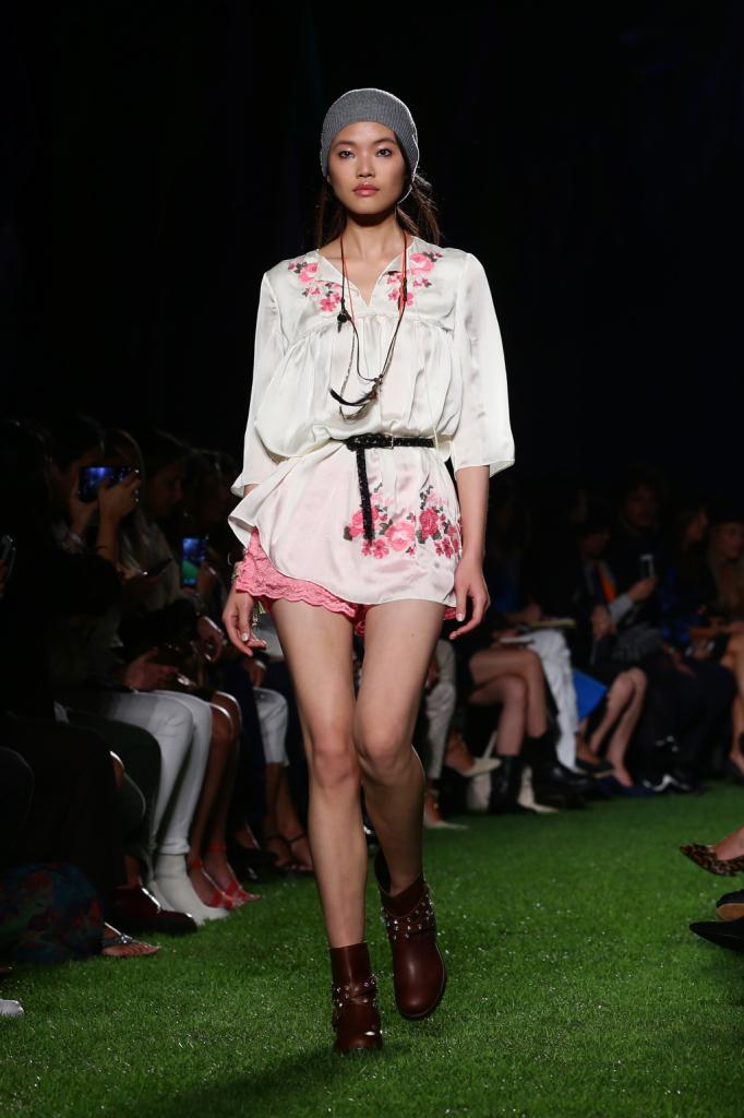 Blugirl, MFW, collezione Primavera-Estate 2015: kaftano in seta con lavorazione fiori rosa, shorts in pizzo tone sur tone
