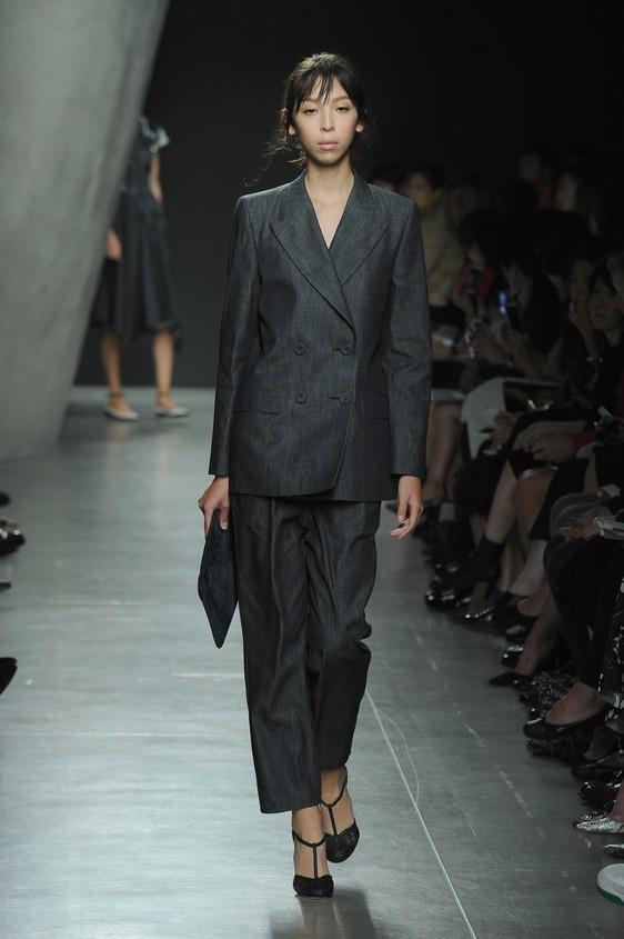 Tailleur: giacca doppio petto e pantalone dal taglio dritto maschile