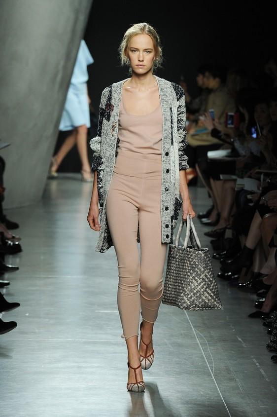 Maglia e pantalone slim come leggings, nude, con pull in lana lungo