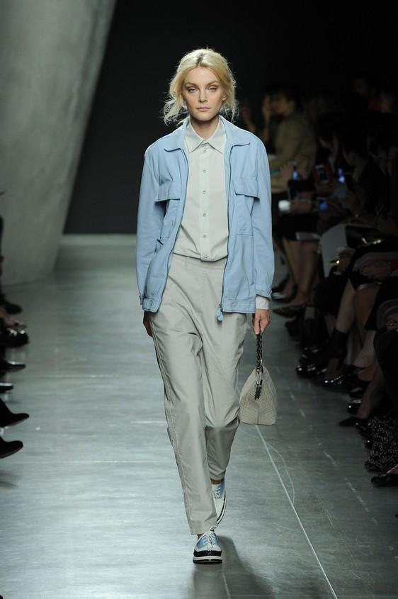 Giubbotto azzurro con blusa e pantalone maschile