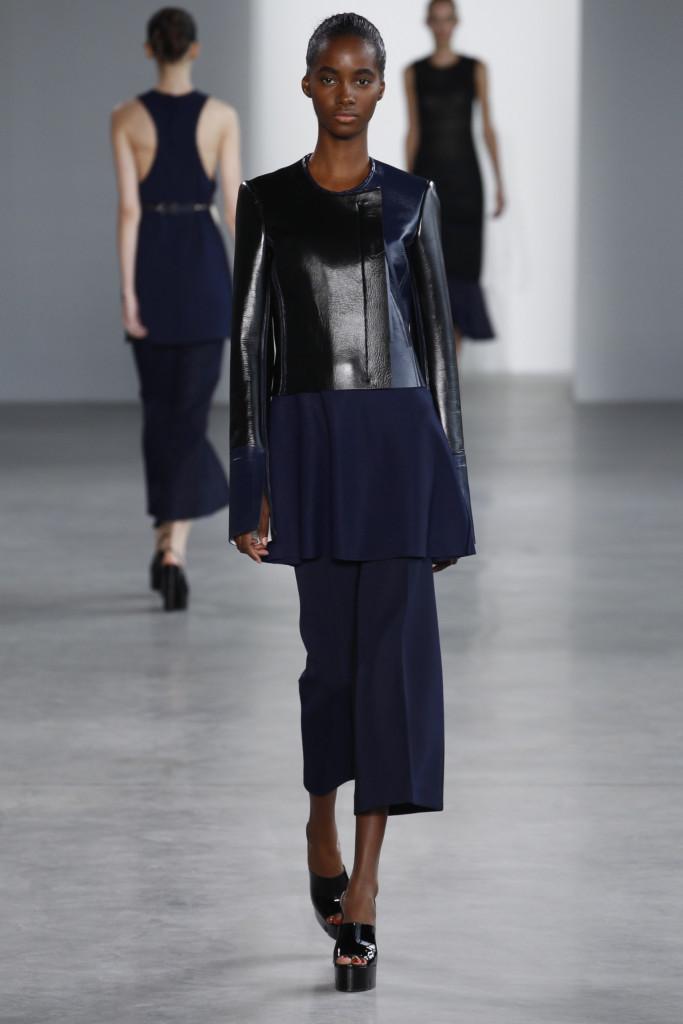 Calvin Klein, NYFW, Primavera-estate 2015: giacca in pelle laccata blu e nera, pantaloni dal taglio ampio alla caviglia con pinces centrali