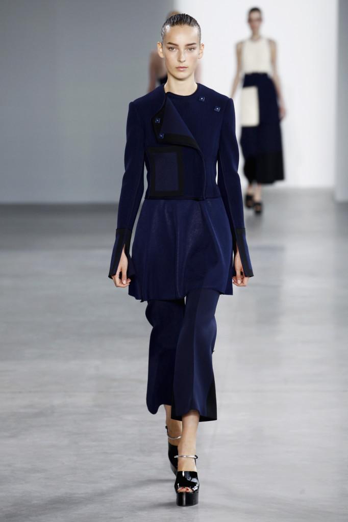 Calvin Klein, NYFW, Primavera-estate 2015: giacchino corto blu navy con maniche oversize aperte in fondo, pantaloni scampanati con pinces centrali