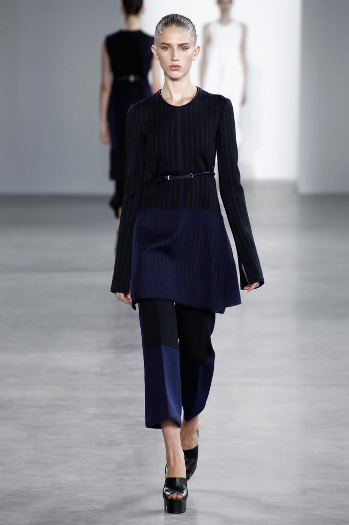 Calvin Klein, NYFW, Primavera-estate 2015: miniabito a righe blu e nere, costine sui bordi e pantaloni alla caviglia in color block nero e blu