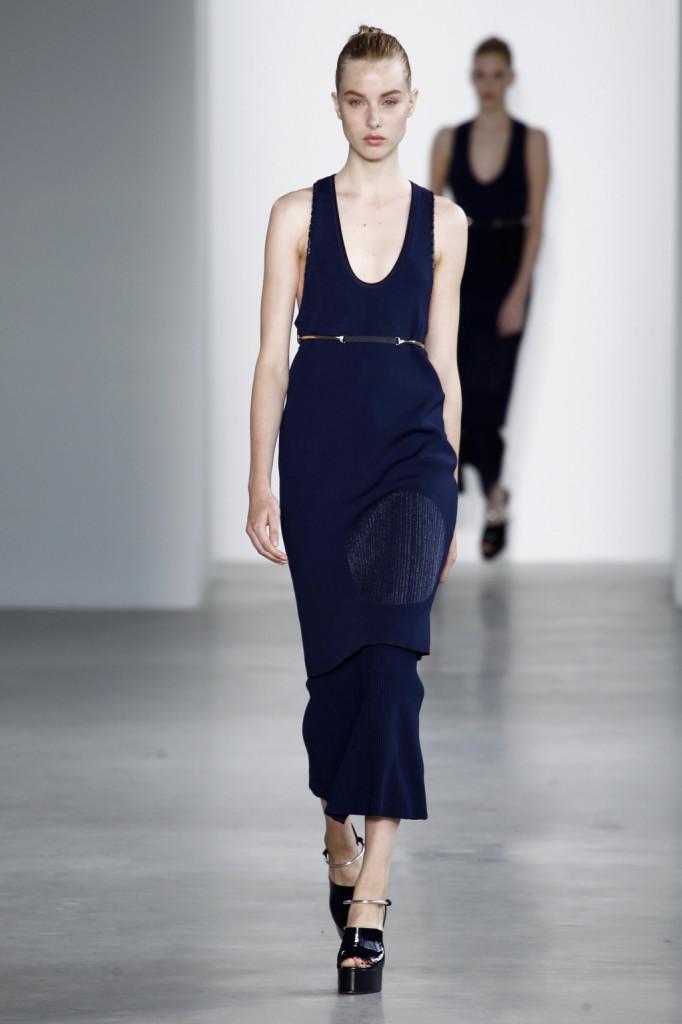 Calvin Klein, NYFW, Primavera-estate 2015: vestito-canotta blu-navy con ampio dorso a vogatore sovrapposto a gonna lunga plissettata