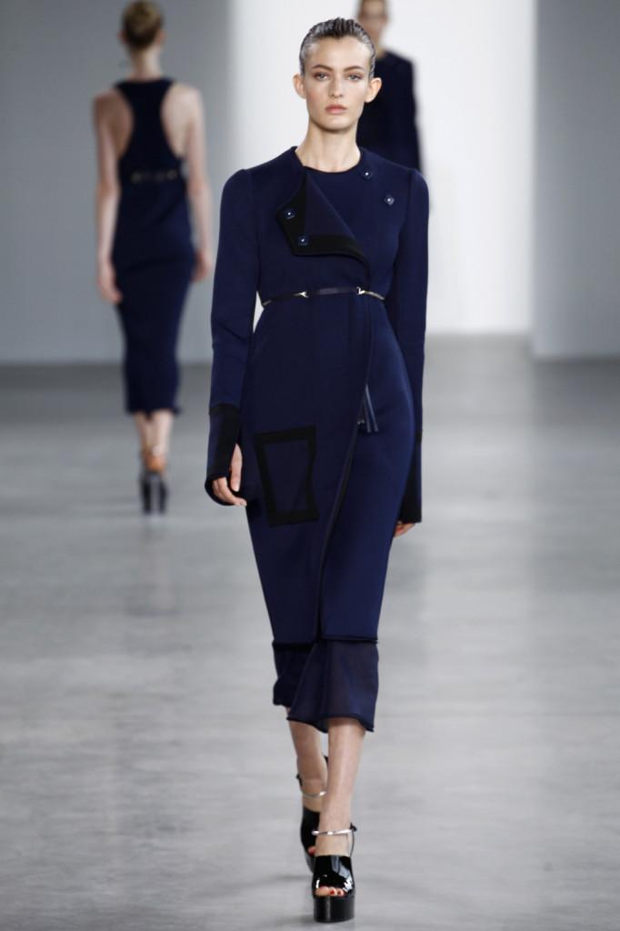 Calvin Klein, NYFW, Primavera-estate 2015: cappotto-abito a costine con maniche oversize e cinturina taglio impero. Gonna lunga velata