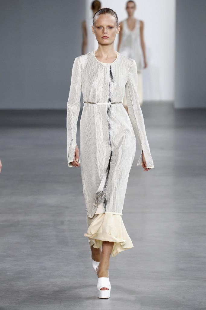 Calvin Klein, NYFW, Primavera-estate 2015: abito-cappotto lavorato con fili argento, cinturina cromata argento e longa in viscosa velata bianca