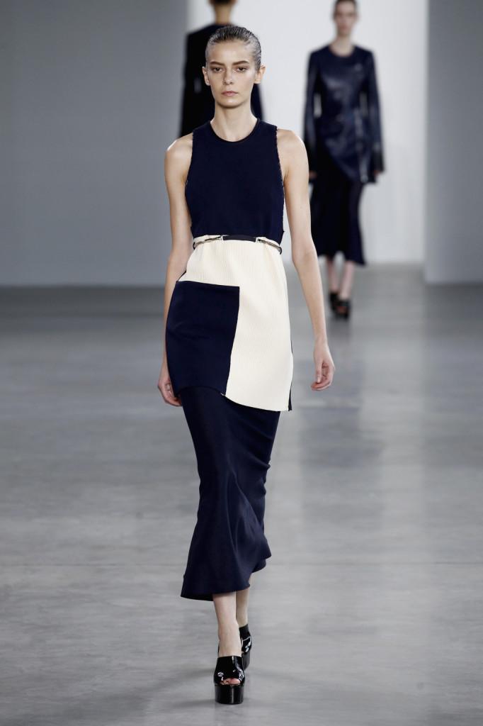 Calvin Klein, NYFW, Primavera-estate 2015: miniabito con canotta a dorso da vogatore e gonna a pannelli plissettati bianchi e blu, longuette velata alla caviglia