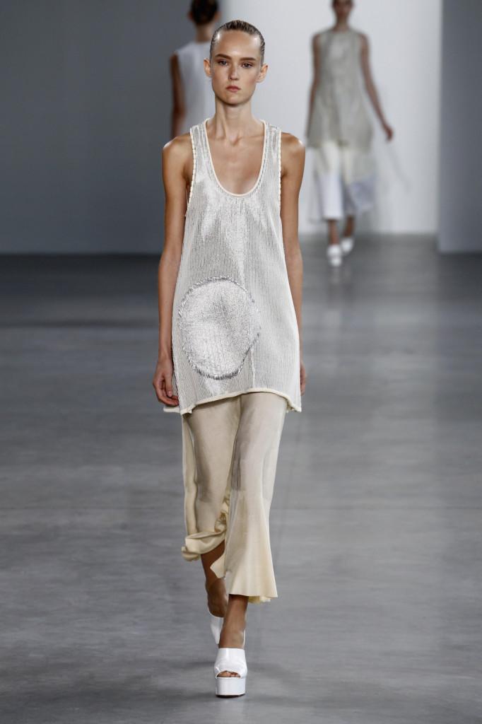 Calvin Klein, NYFW, Primavera-estate 2015: canotta-vestito con ampio collo da vogatore,   lavorara con fili argento, gonna lunga bianca