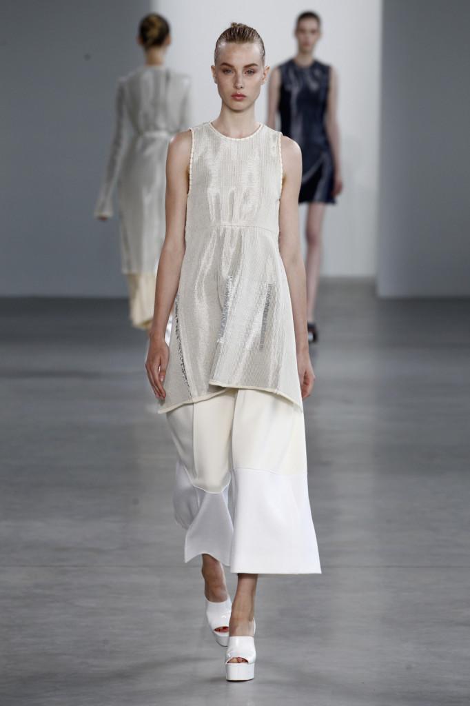 Calvin Klein, NYFW, Primavera-estate 2015: miniabito argento senza maniche su pantaloni scampanati bianchi
