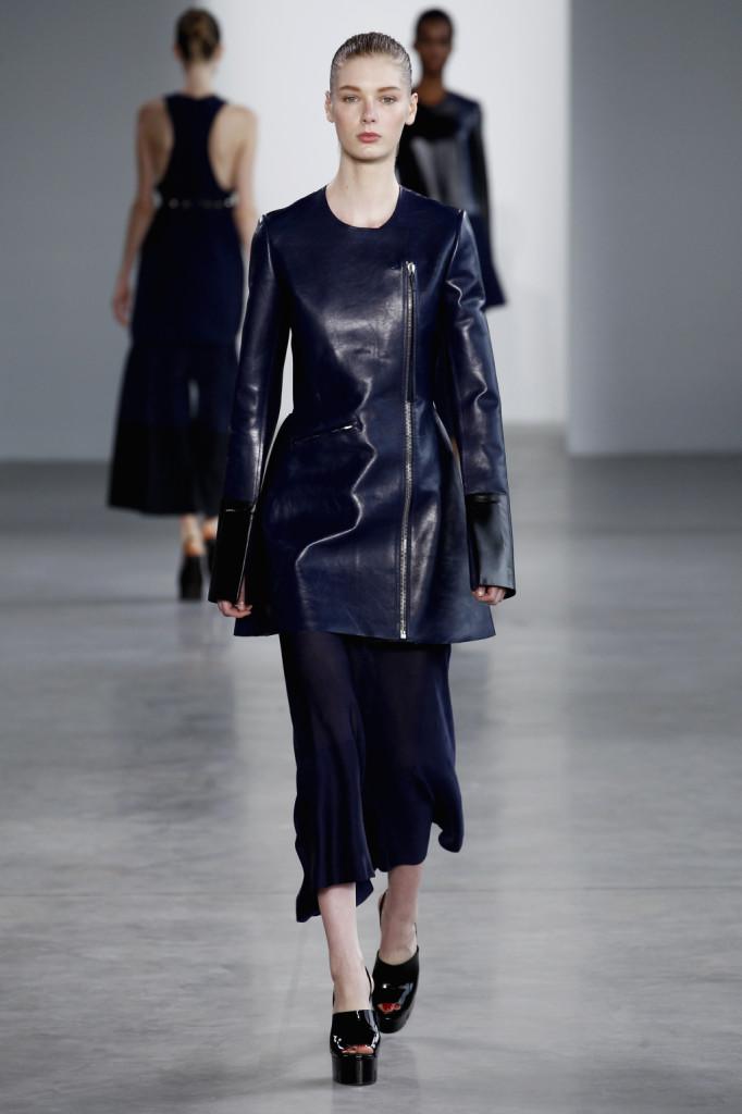 Calvin Klein, NYFW, Primavera-estate 2015: soprabito in pelle blu laccata con girocollo, maniche oversize e cerniera laterale anteriore